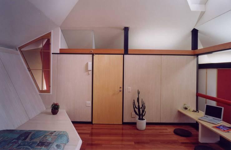 角地の家: 有限会社加々美明建築設計室が手掛けた寝室です。