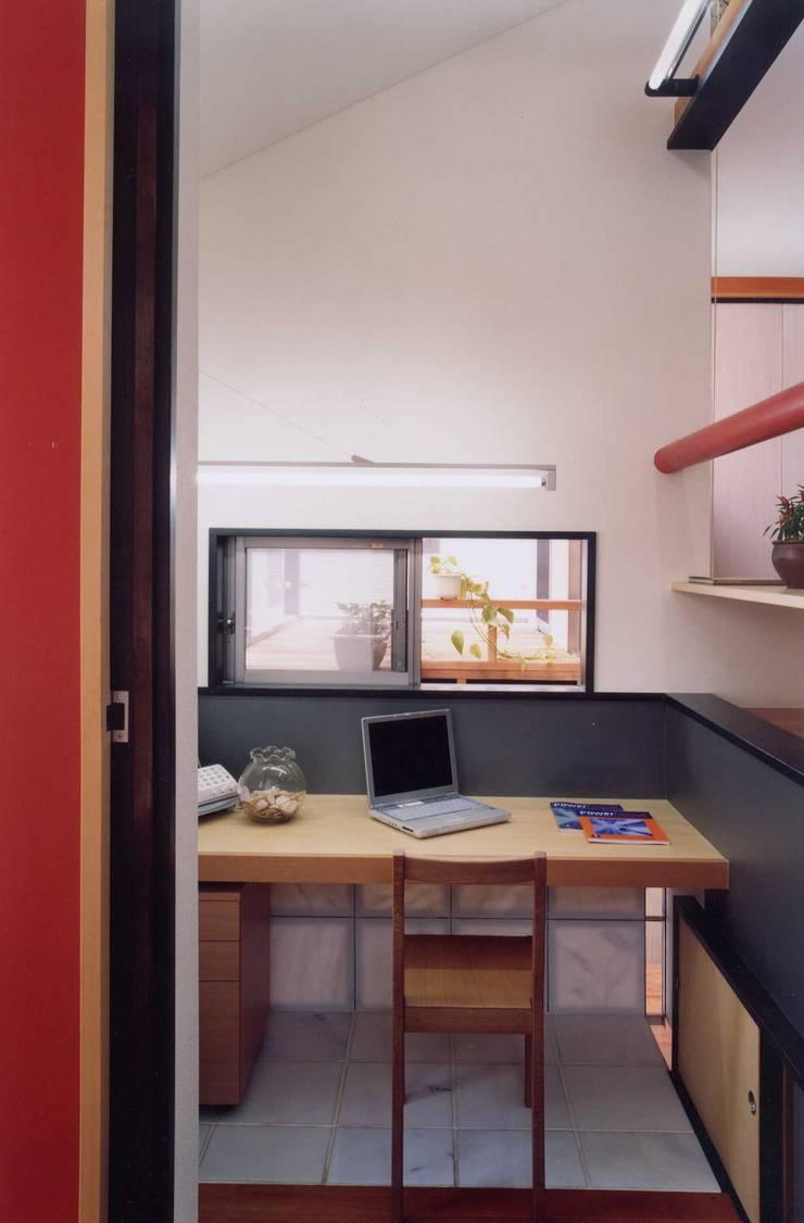 書斎: 有限会社加々美明建築設計室が手掛けた書斎です。