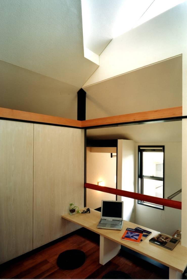 寝室: 有限会社加々美明建築設計室が手掛けた寝室です。