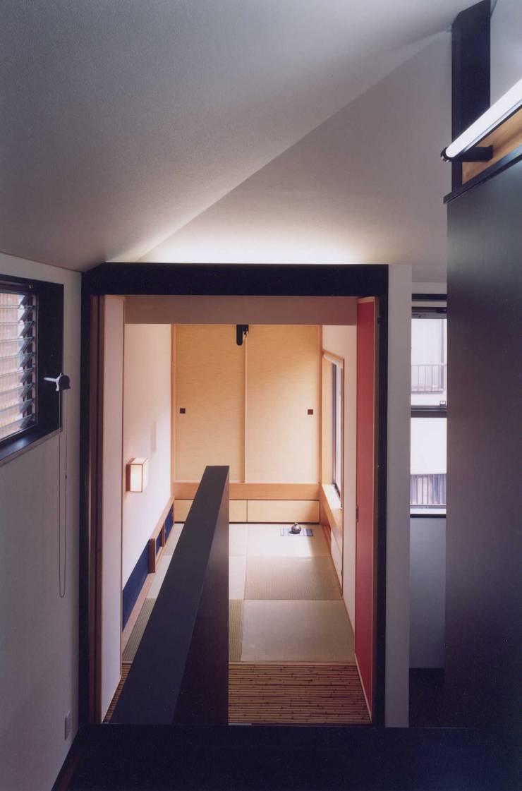 予備室、畳室: 有限会社加々美明建築設計室が手掛けた廊下 & 玄関です。