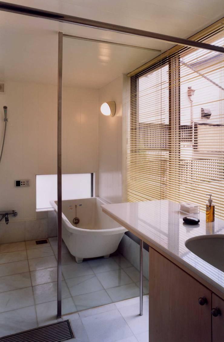 洋バスの浴室: 有限会社加々美明建築設計室が手掛けた浴室です。