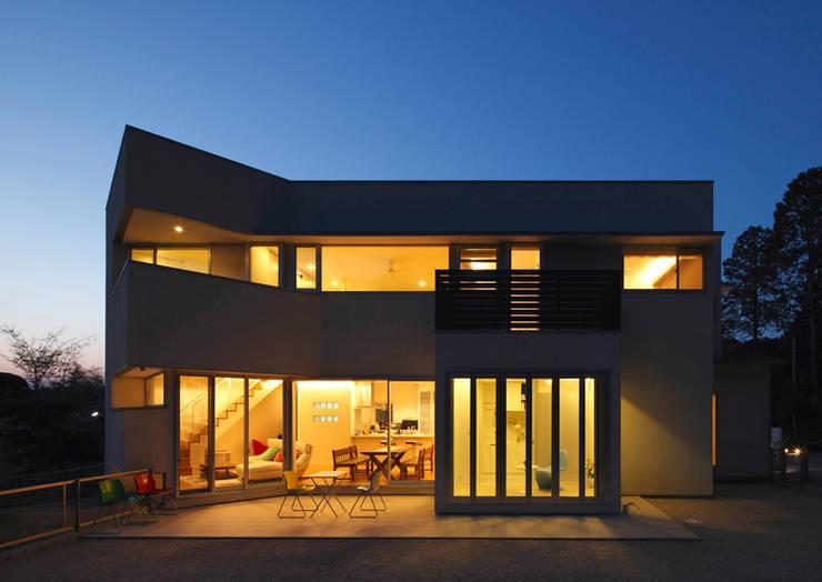 外観 夕景: atelier mが手掛けた家です。,