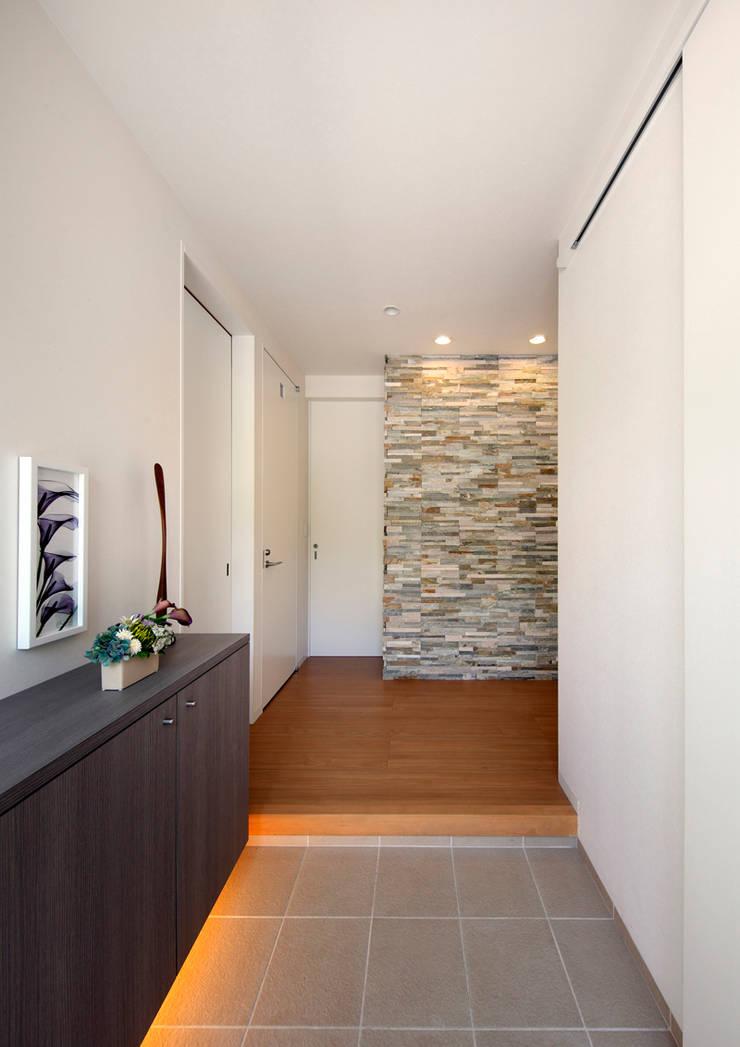 玄関: atelier mが手掛けた壁です。,