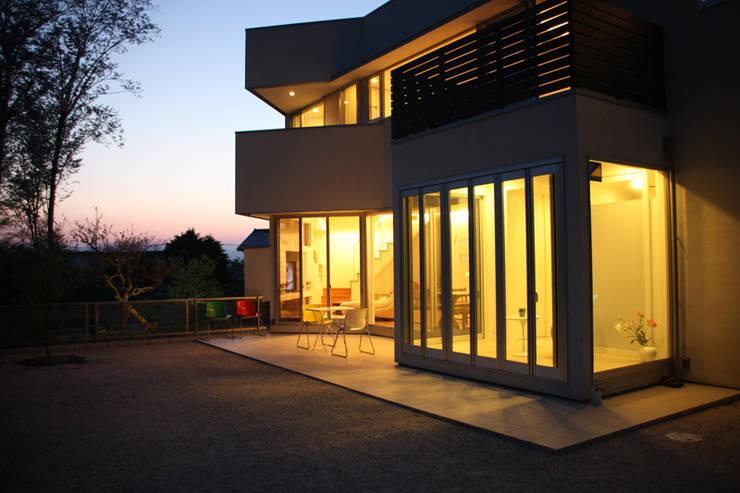 テラスからの夕景: atelier mが手掛けた家です。,