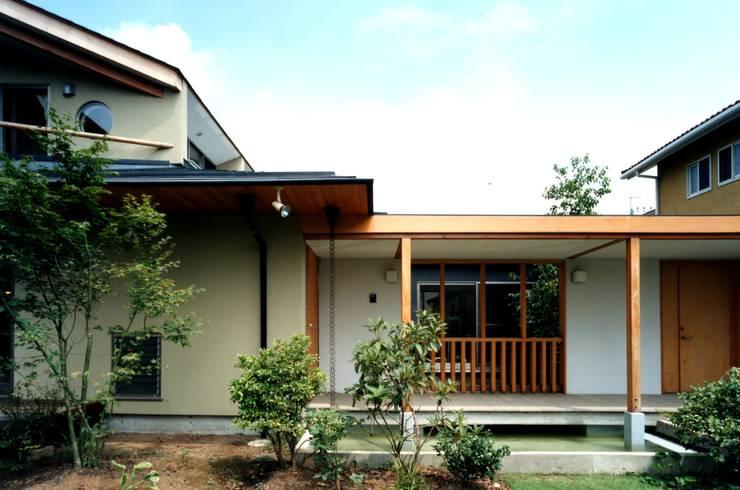 池と橋: 有限会社加々美明建築設計室が手掛けた家です。