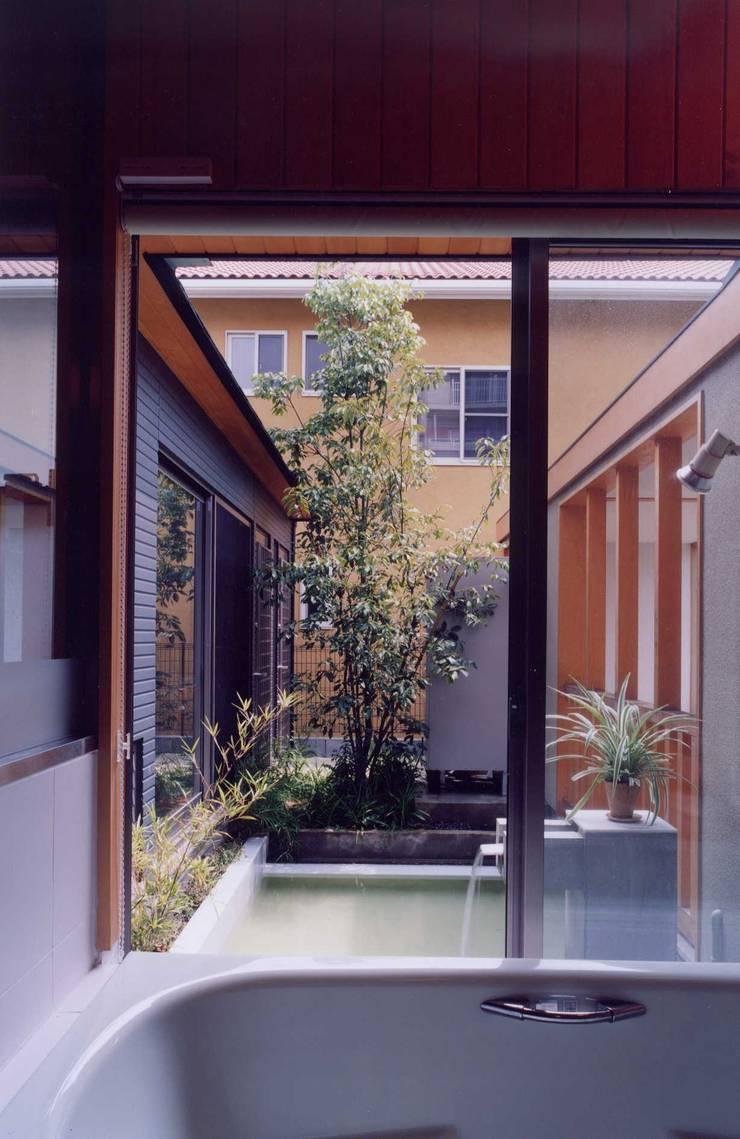 浴室: 有限会社加々美明建築設計室が手掛けた浴室です。