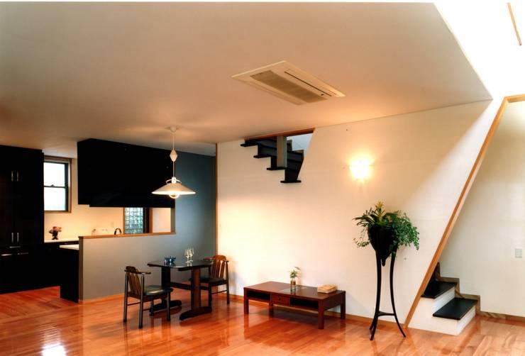 ダイニングキッチン: 有限会社加々美明建築設計室が手掛けたダイニングです。