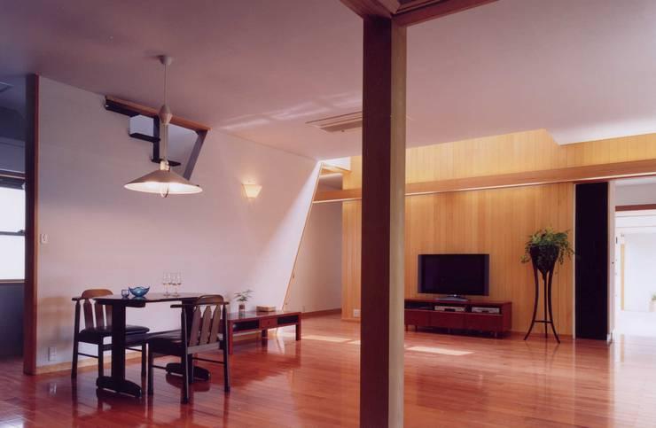 畳室からみるダイニングリビング: 有限会社加々美明建築設計室が手掛けたリビングです。
