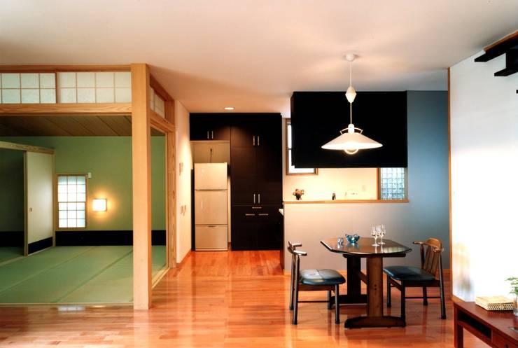 畳室とダイニング: 有限会社加々美明建築設計室が手掛けたダイニングです。