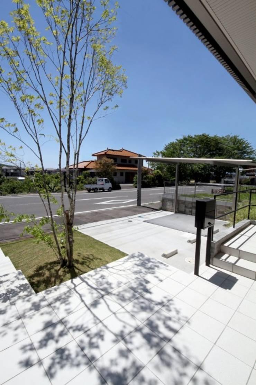 松が丘の庭: LIVING DESIGNが手掛けた庭です。