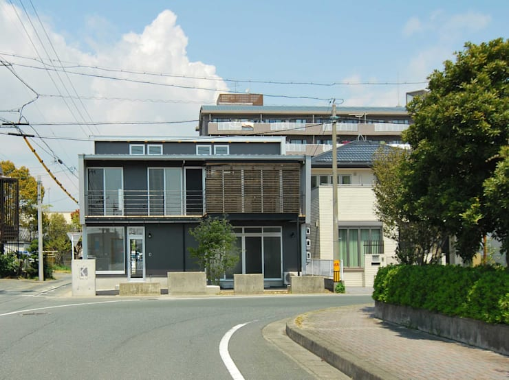 T字路正面から: 原 空間工作所 HARA Urban Space Factoryが手掛けた家です。