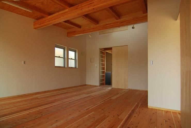 家族室(将来寝室+子供室): 原 空間工作所 HARA Urban Space Factoryが手掛けた寝室です。