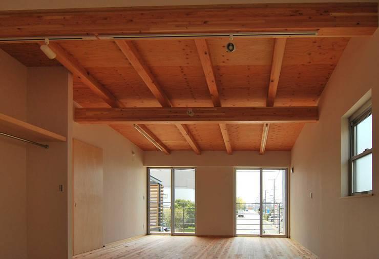家族室(将来寝室+子供室): 原 空間工作所 HARA Urban Space Factoryが手掛けた子供部屋です。