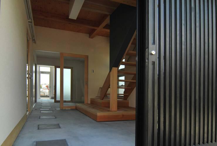 玄関: 原 空間工作所 HARA Urban Space Factoryが手掛けた廊下 & 玄関です。