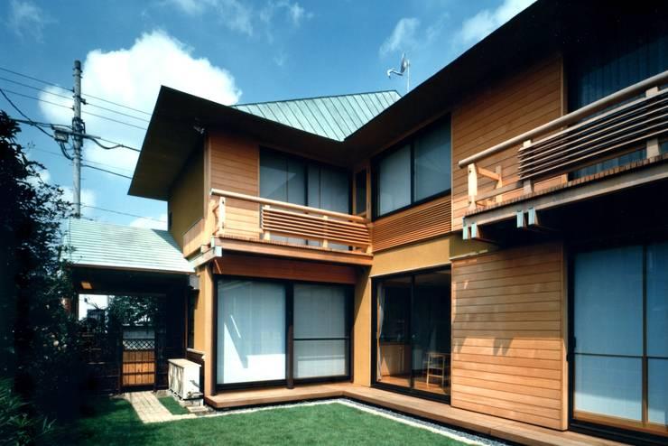 庭からの外観: 有限会社加々美明建築設計室が手掛けた家です。