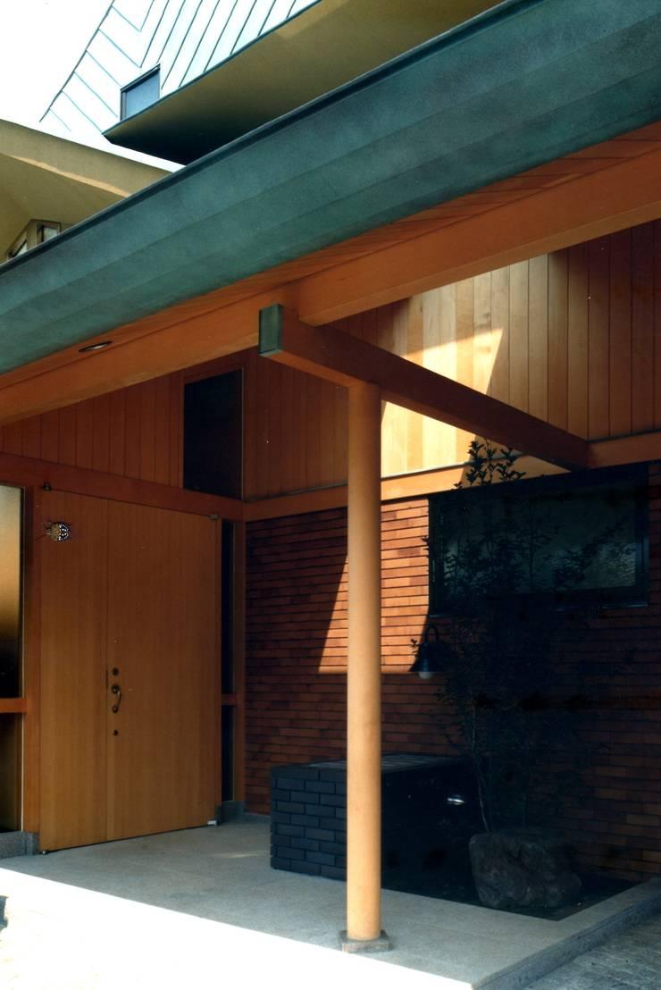 エントランスポーチ: 有限会社加々美明建築設計室が手掛けた家です。