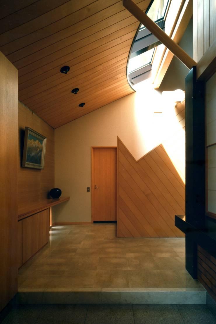 エントランスホール: 有限会社加々美明建築設計室が手掛けた廊下 & 玄関です。