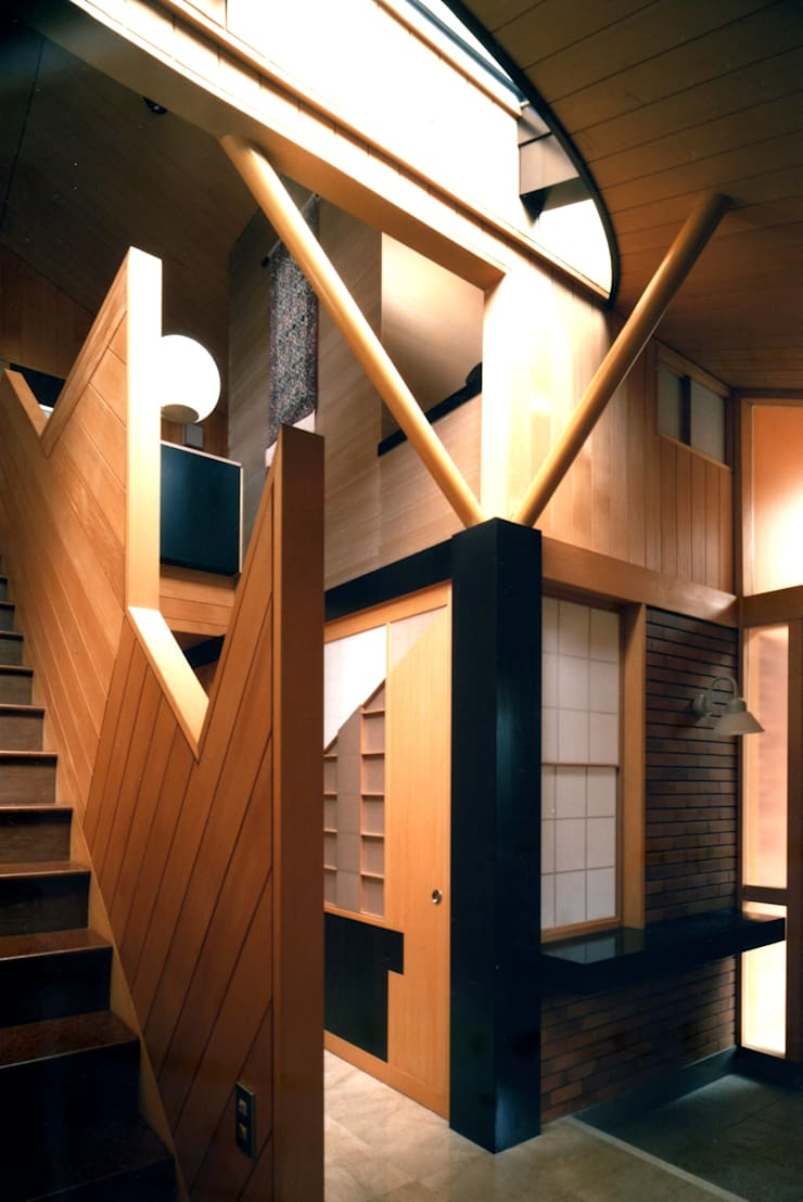 ギャラリーとしてある階段室: 有限会社加々美明建築設計室が手掛けた廊下 & 玄関です。