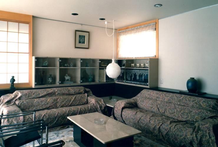 リビング: 有限会社加々美明建築設計室が手掛けたリビングです。