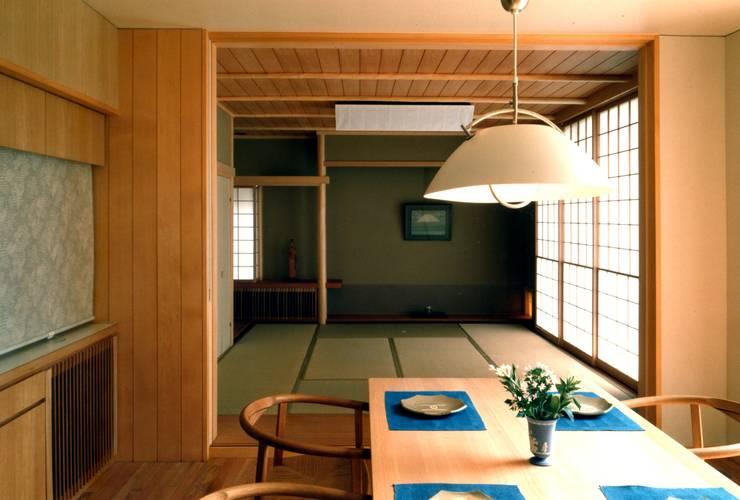 ダイニングと畳室: 有限会社加々美明建築設計室が手掛けたダイニングです。