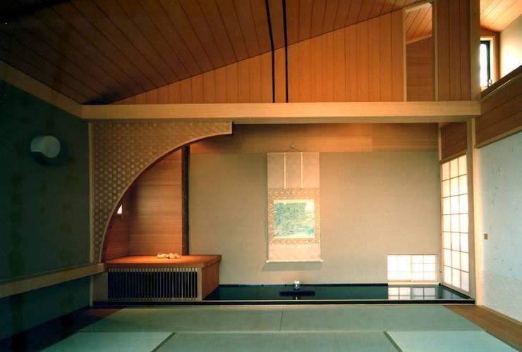 和室: 有限会社加々美明建築設計室が手掛けた和室です。