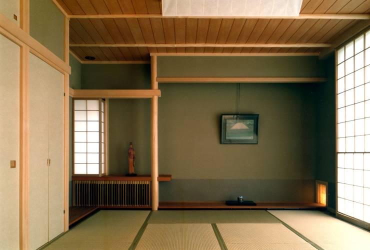和室2: 有限会社加々美明建築設計室が手掛けた和室です。
