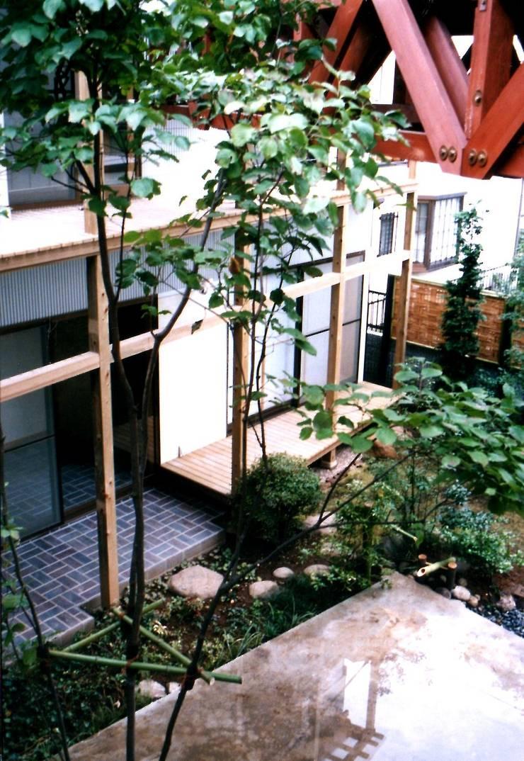 水床の中庭: 有限会社加々美明建築設計室が手掛けた家です。