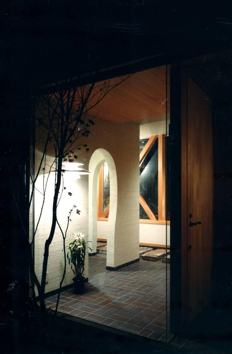 玄関ホール: 有限会社加々美明建築設計室が手掛けた廊下 & 玄関です。