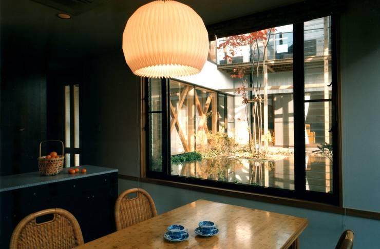 Comedores de estilo  por 有限会社加々美明建築設計室