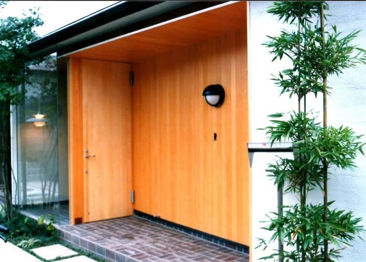 玄関: 有限会社加々美明建築設計室が手掛けた家です。