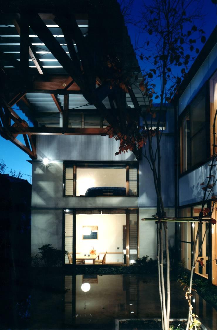 中庭からダイニング: 有限会社加々美明建築設計室が手掛けた家です。