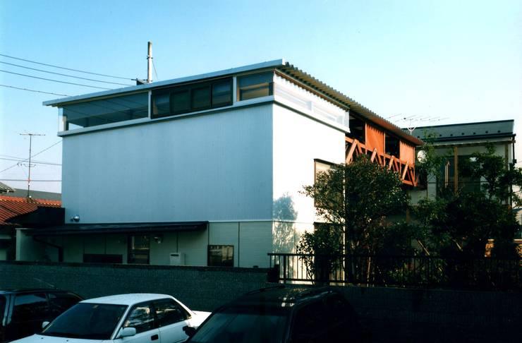 隣地に面した外壁: 有限会社加々美明建築設計室が手掛けた家です。