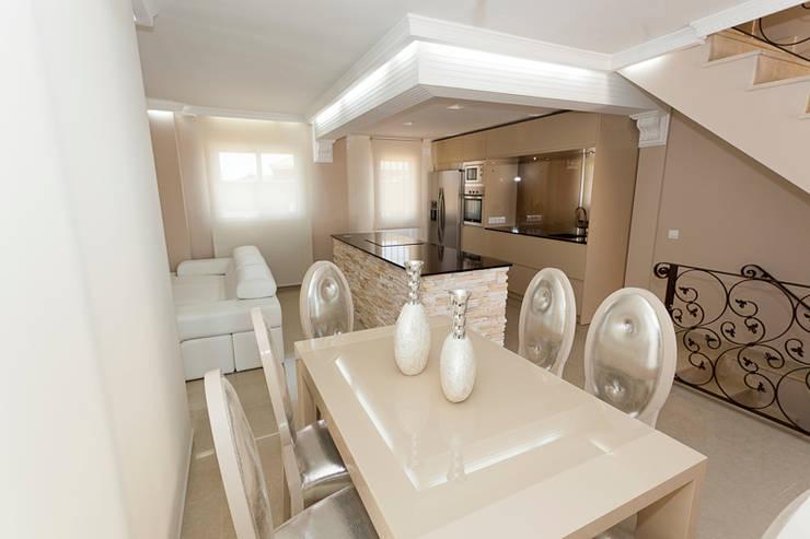Peuqeños toques para tu salón: Salones de estilo  de AZD Diseño Interior