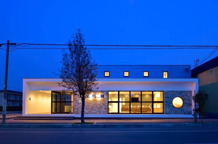 江別こばやし眼科: 一級建築士事務所 アトリエTAROが手掛けた病院です。,モダン
