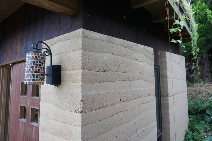 Ausgefallene Wände & Böden von 虎設計工房 Ausgefallen Massivholz Mehrfarbig