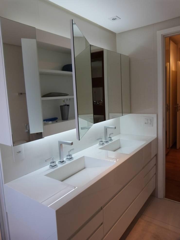 Campo Belo São Paulo: Banheiros modernos por Comparato Arquitetura