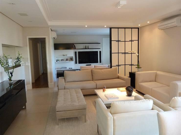 Campo Belo São Paulo: Salas de estar modernas por Comparato Arquitetura