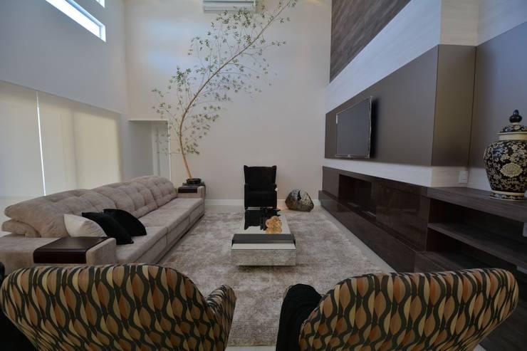 Condomínio Porto Coronado – Atlântida: Salas de estar  por Eliane Fanti Arquitetura