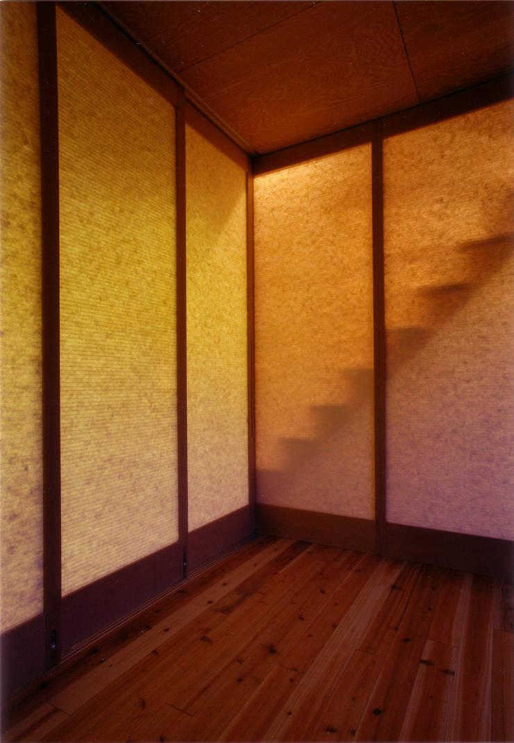 子供室(Uボードの建具: 豊田空間デザイン室 一級建築士事務所が手掛けた子供部屋です。