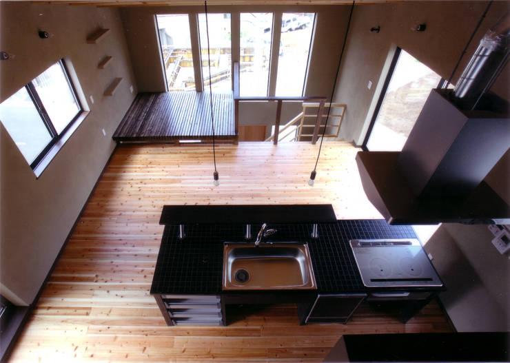 ロフトからの見下ろし: 豊田空間デザイン室 一級建築士事務所が手掛けたダイニングです。