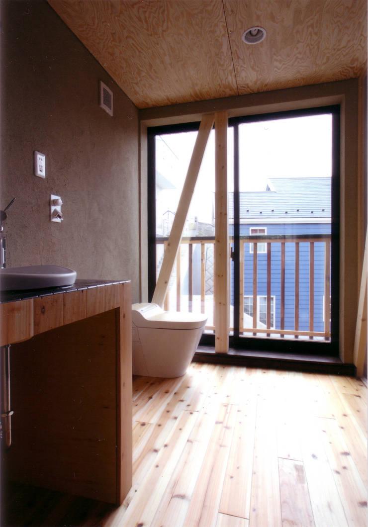 洗面よりトイレを見る: 豊田空間デザイン室 一級建築士事務所が手掛けた浴室です。