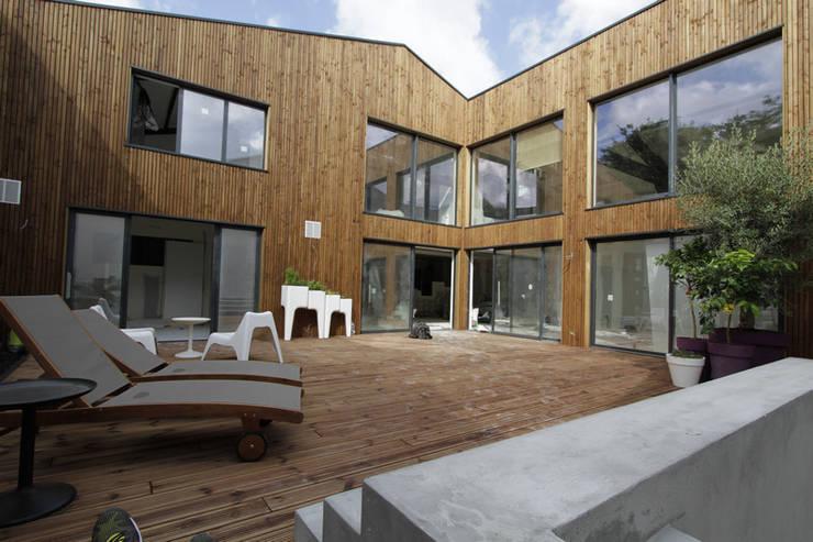 LOFT BORDEAUX: Terrasse de style  par ATELIER ARTEFAKT