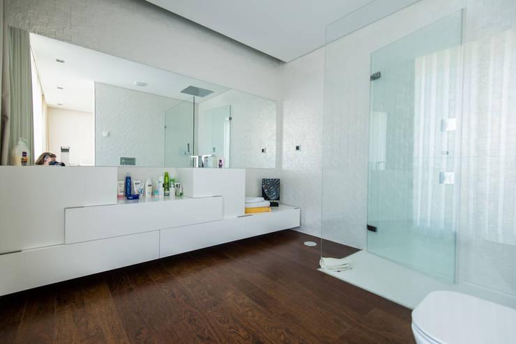 Casa Mar - Avanca: Casas de banho modernas por a3mais