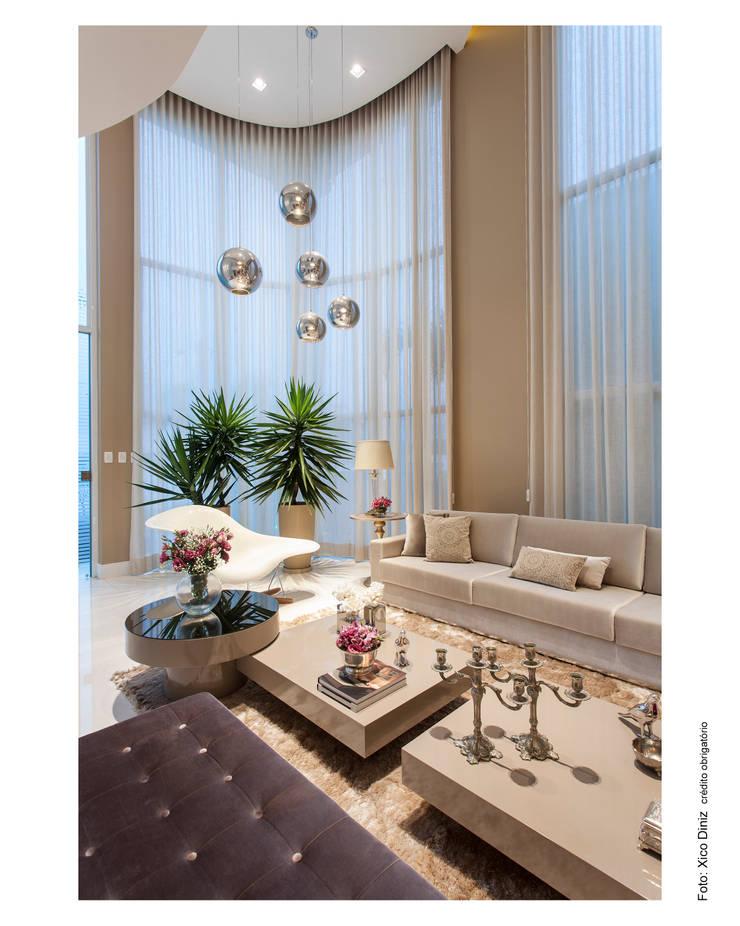 Casa Alphaville: Sala de estar  por Vanja Maia - Arquitetura e Interiores
