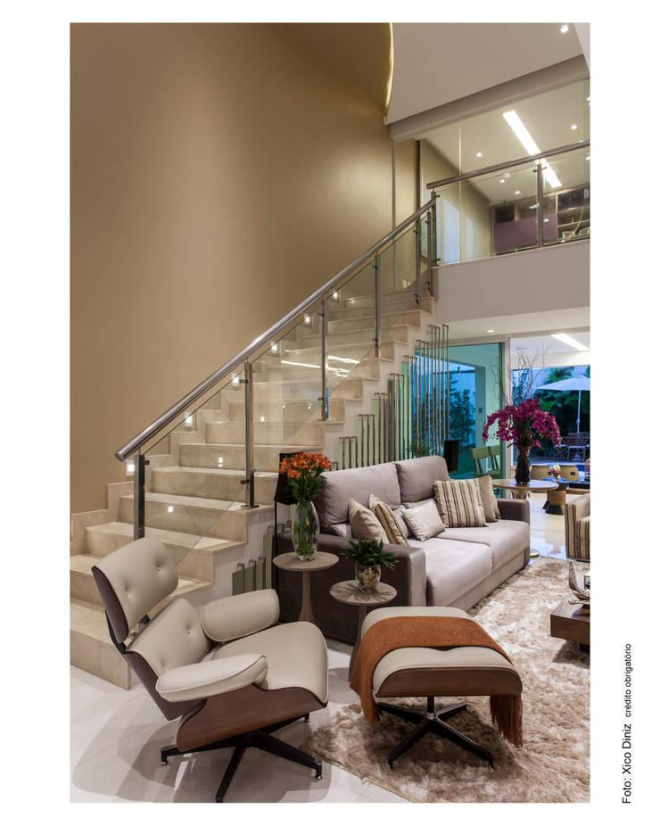 Casa Alphaville: Corredor, vestíbulo e escadas  por Vanja Maia - Arquitetura e Interiores