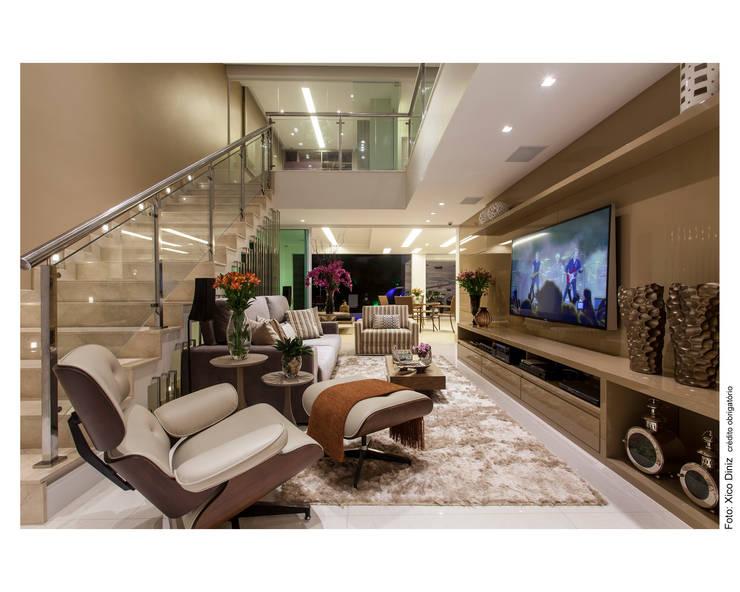 Sala multimedia de estilo  por Vanja Maia - Arquitetura e Interiores