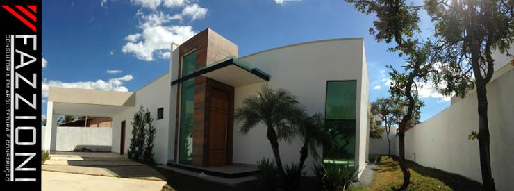 FACHADA FRONTAL: Casas  por Fazzioni,