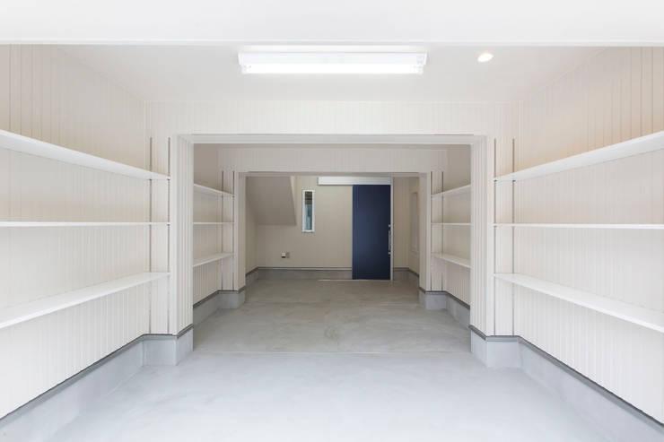 Garage/shed by 秦野浩司建築設計事務所, Modern