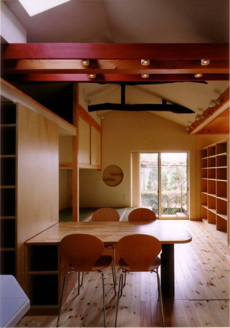ダイニングテーブル越しに寝室コーナーを見る: 豊田空間デザイン室 一級建築士事務所が手掛けたダイニングです。