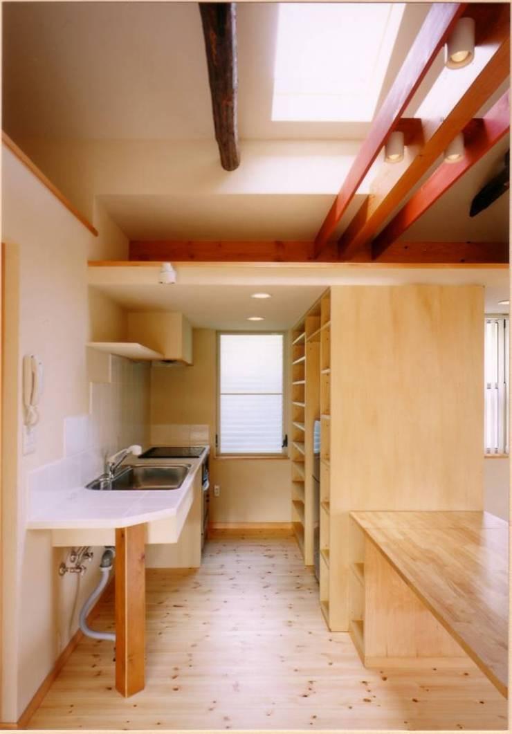 現場造作によるシンプルなキッチン: 豊田空間デザイン室 一級建築士事務所が手掛けたキッチンです。